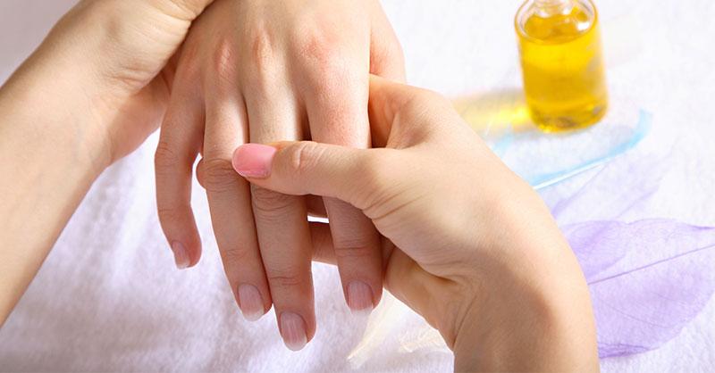 Massage des mains après la manucure
