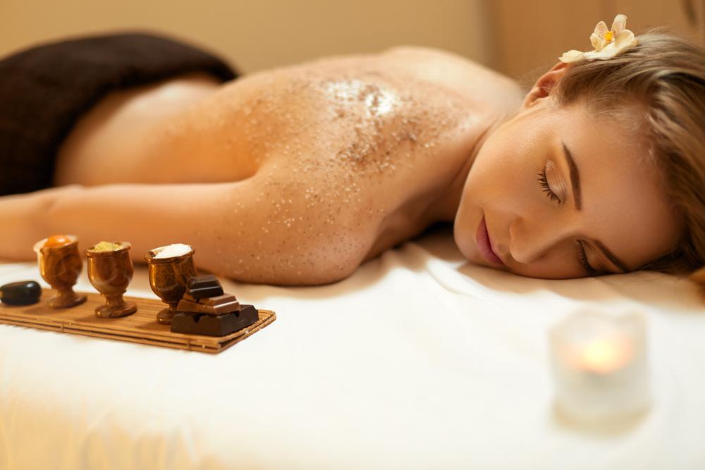 ¿Sabías que los peelings corporales ayudan a mantener nuestra piel joven y tersa?