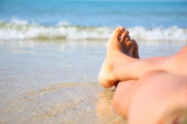 Las condiciones climáticas de la estación de verano puede causar problemas a los pies, estos problemas pueden evitarse con cuidados previos y el uso de los productos ideales para mantener los pies hidratados