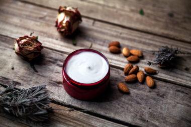 Cosmética profesional y natural diseñada para el cuidado de la piel, sin ocasionar daños al medio ambiente y a los animales.
